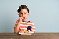 Anak makan manis/