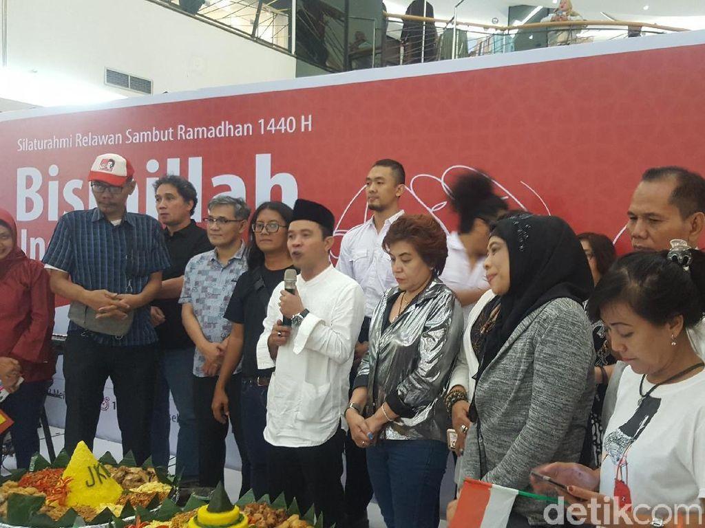 Relawan Pro Jokowi Potong Tumpeng di FX Sudirman