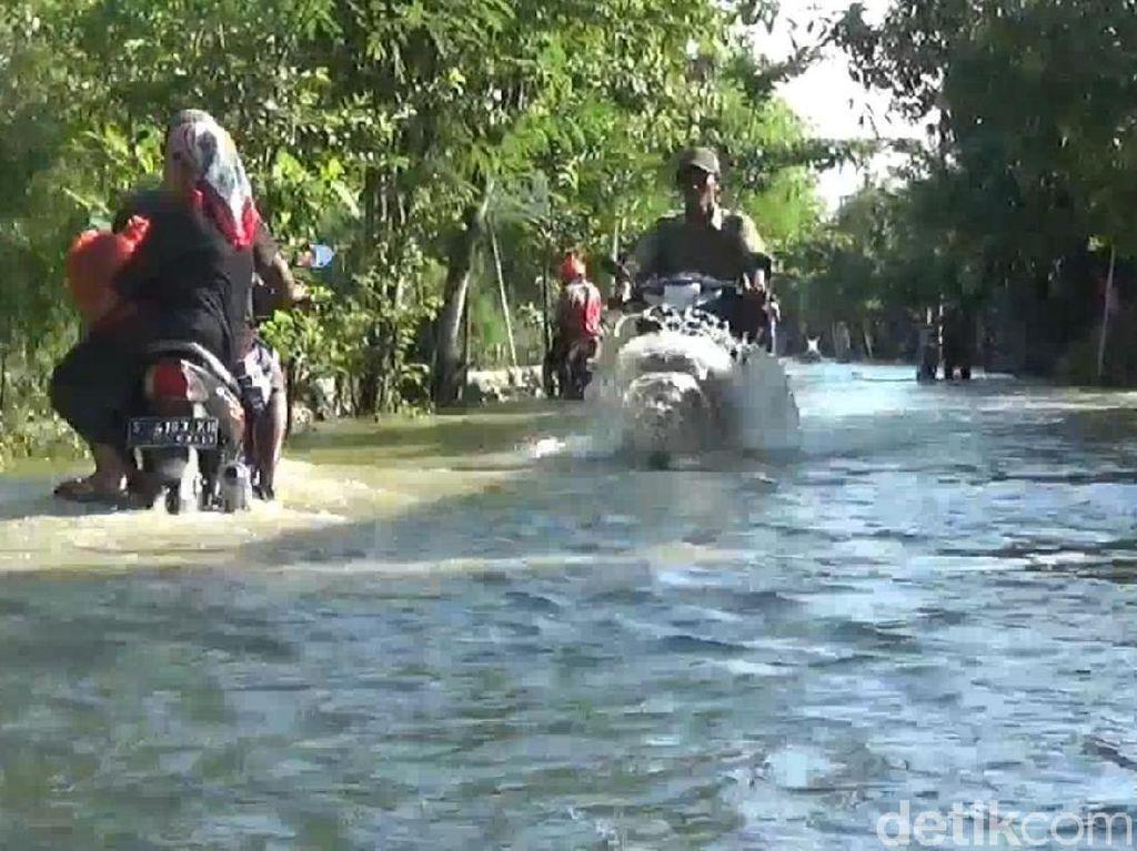 Anak Sungai Bengawan Solo Meluap, Jalan dan Rumah Warga Lamongan Banjir