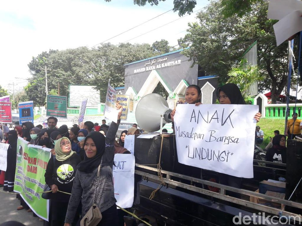 Desertir TNI Culik-Cabuli Anak, Aktivis Perempuan Demo Markas TNI