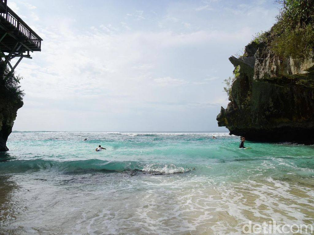 Pantai Suluban yang Tersembunyi dengan Ombak Gahar di Bali