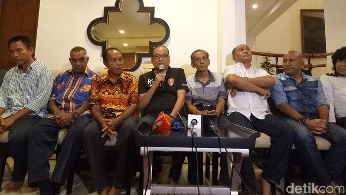 Rahim Soekasah (keempat dari kiri) meramaikan bursa calon ketua umum PSSI. (Amalia Dwi Septi/detikSport)