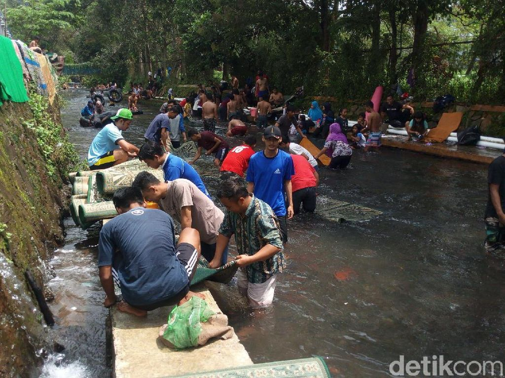 Potret Orang Sekampung Cuci Karpet Masjid di Semarang