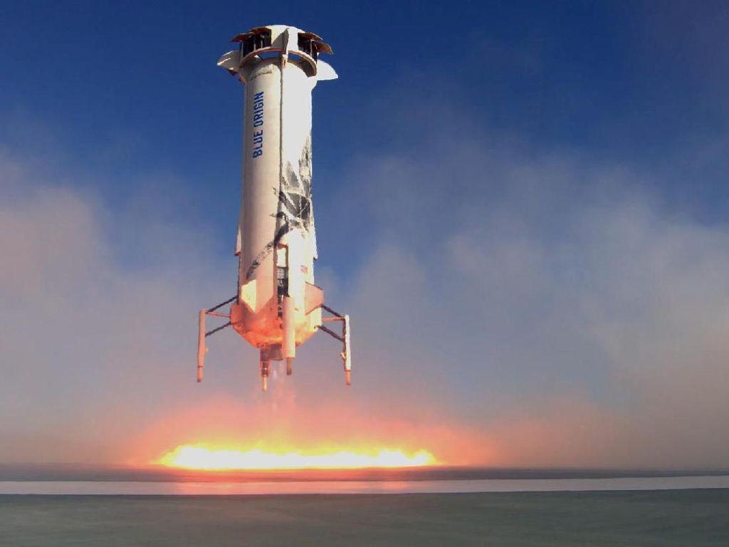 Keren! Roket Orang Terkaya Dunia Terbang dan Mendarat Selamat