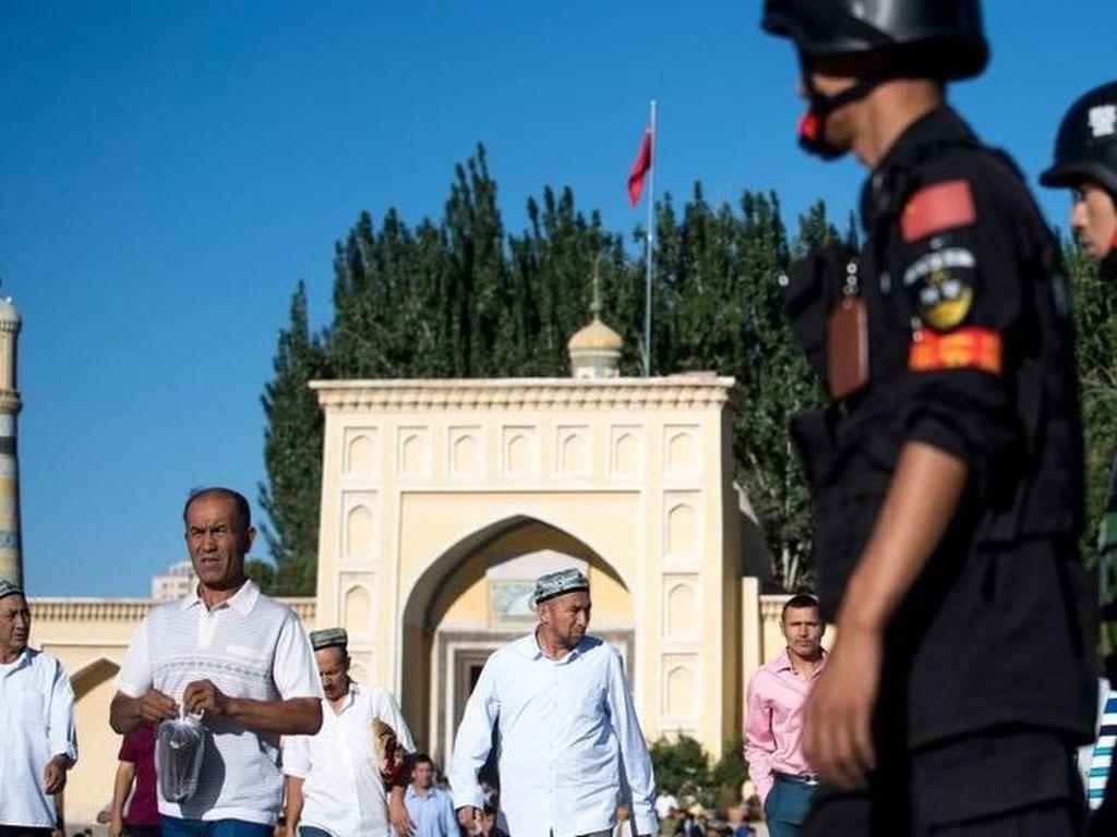 China Kembangkan Aplikasi Ponsel Pintar untuk Pantau Warga Xinjiang