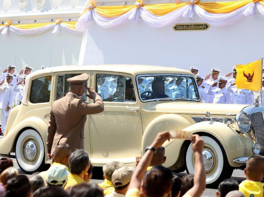 Melihat Kemeriahan Penobatan Raja Thailand