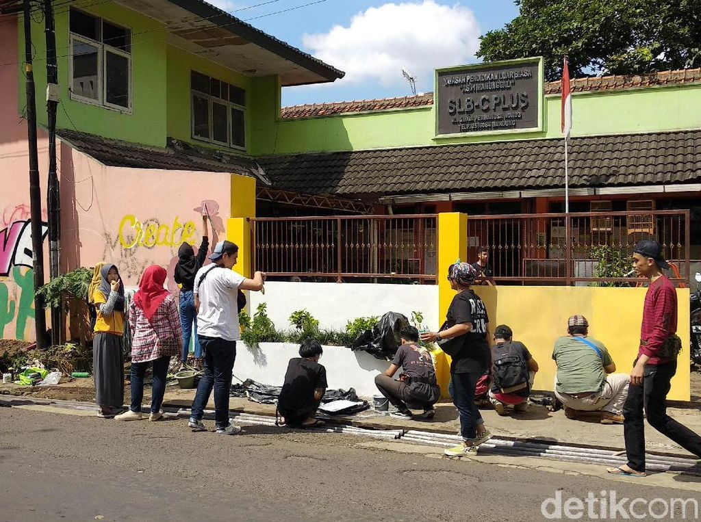Aksi Anak Muda Bersihkan SLB yang Jadi Sasaran Vandalisme