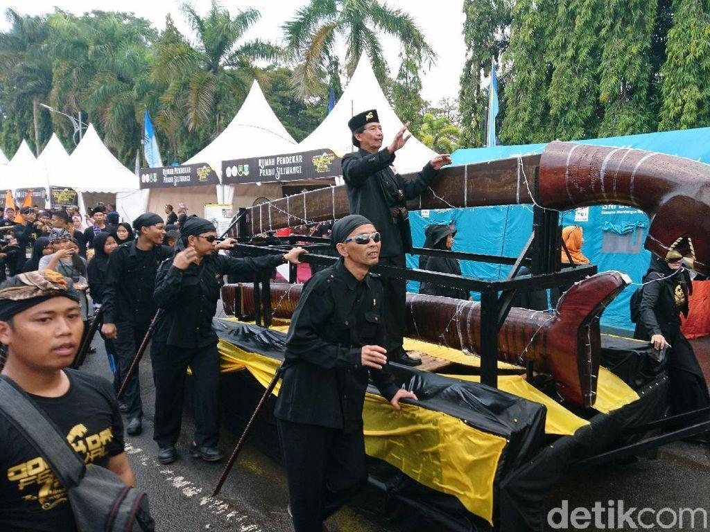 Ribuan Pendekar Kirab Golok Raksasa di Festival Golok Day Cilegon