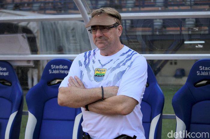 Robert Rene Alberts resmi menjadi pelatih baru Persib Bandung. Kehadirannya di laga Persib Bandung kontra Borneo FC menarik perhatian penonton.