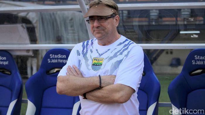 Roberte Rene Alberts mewaspadai pemainan menyerang Arema FC. (Wisma Putra/detikSport)