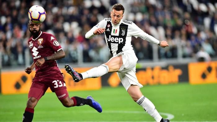 Soccer Football - Serie A - Juventus v Torino - Allianz Stadium, Turin, Italy - May 3, 2019  Juventus Federico Bernardeschi in action with Torinos Nicolas NKoulou  REUTERS/Massimo Pinca
