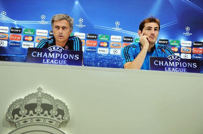Iker Casillas dan Jose Mourinho dikabarkan tak akur saat masih bersama di Real madrid. Meski begitu, saat tahu Casillas dilarikan ke rumah sakit, Mourinho pun menghubungi manajemen Porto untuk menanyakan keadaannya. Jasper Juinen/Getty Images.