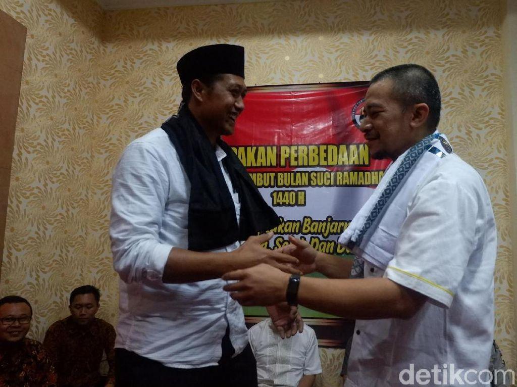 Sambut Ramadhan, Timses 01 dan 02 di Banjarnegara Bertukar Sarung