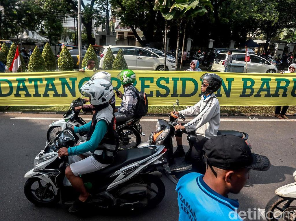 Massa Bentangkan Spanduk Prabowo Presiden di Depan KPU