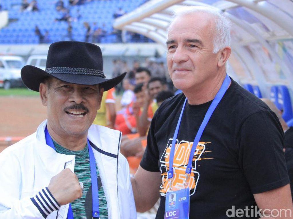 Ketika Umuh dan Mario Gomez Berjabat Tangan di Stadion Si Jalak Harupat