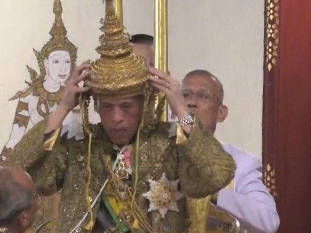 Video Raja Thailand Maha Vajiralongkorn Kenakan Mahkota 7,3 Kg