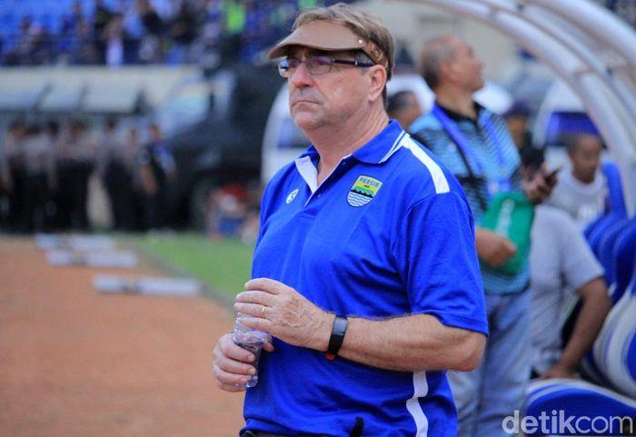 Robert Rene Alberts menjadi pelatih anyar Persib Bandung. Ia nampak hadir dalam pertandingan Persib Bandung kontra Borneo FC di Stadion Si Jalak Harupat, Bandung, Sabtu (4/5/2019).