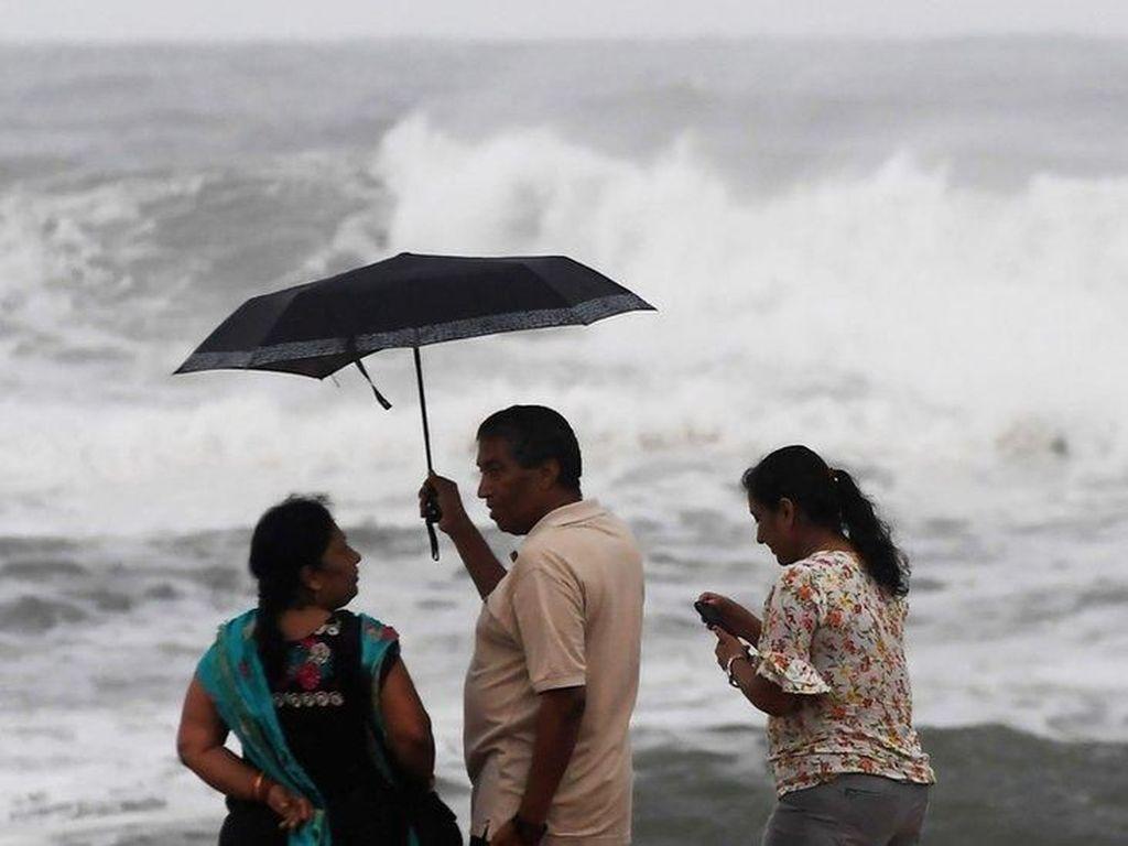 Topan Fani di India Himpun Kekuatan Ganas 10 Hari di Laut