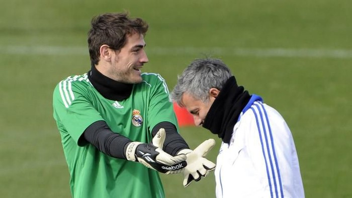 Real Madrids Portuguese coach Jose Mourinho (R) and goalkeeper and captain Iker Casillas (L) take part in a training session at Real Madrids sport city on February 21, 2011 in Madrid, on the eve their Champions League football match against Lyon.  AFP PHOTO / JAVIER SORIANO (Photo by JAVIER SORIANO / AFP)
