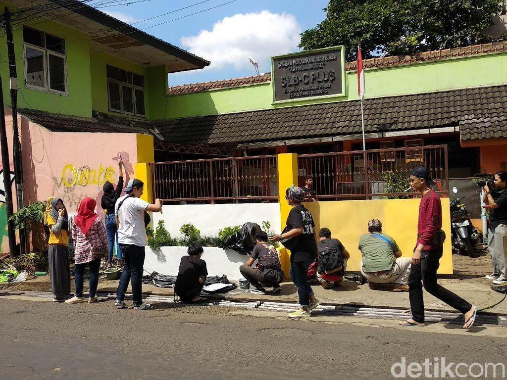 Jadi Sasaran Vandalisme, SLB C Plus Bandung Dibersihkan Puluhan Anak Muda