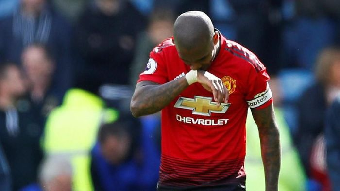 Ashley Young dibuat pontang-panting saat mengawal Wilfried Zaha (Jason Cairnduff/Reuters)