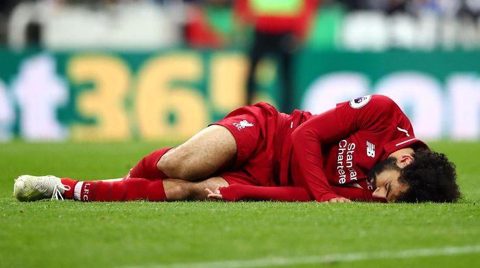 Mohamed Salah terkapar saat melawan Newcastle United. (Foto: Clive Brunskill/Getty Images)