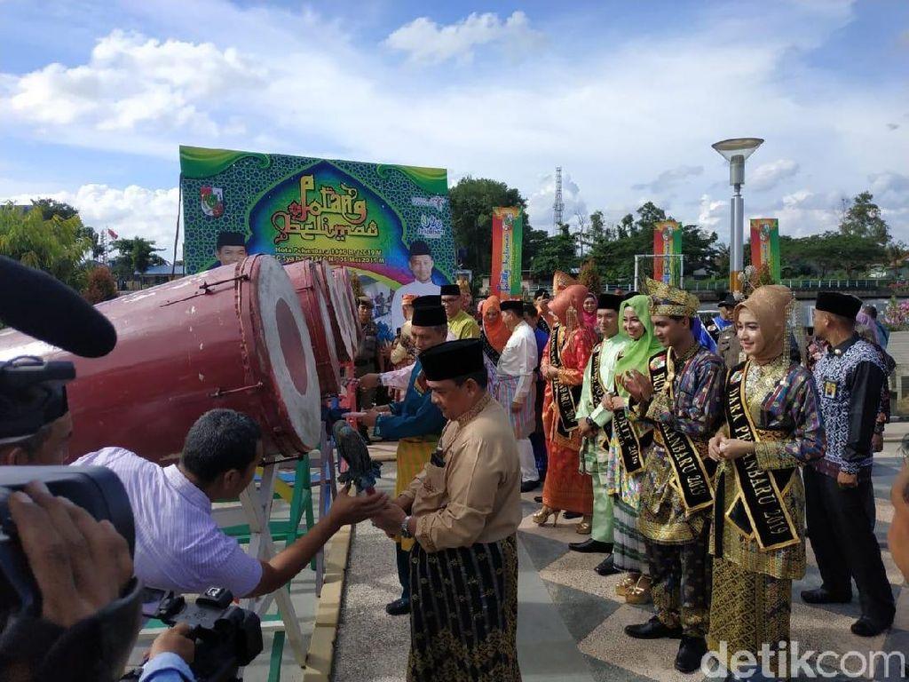 Sejumlah Pejabat Riau Lakukan Tradisi Mandi dan Ziarah di Makam Sultan Siak