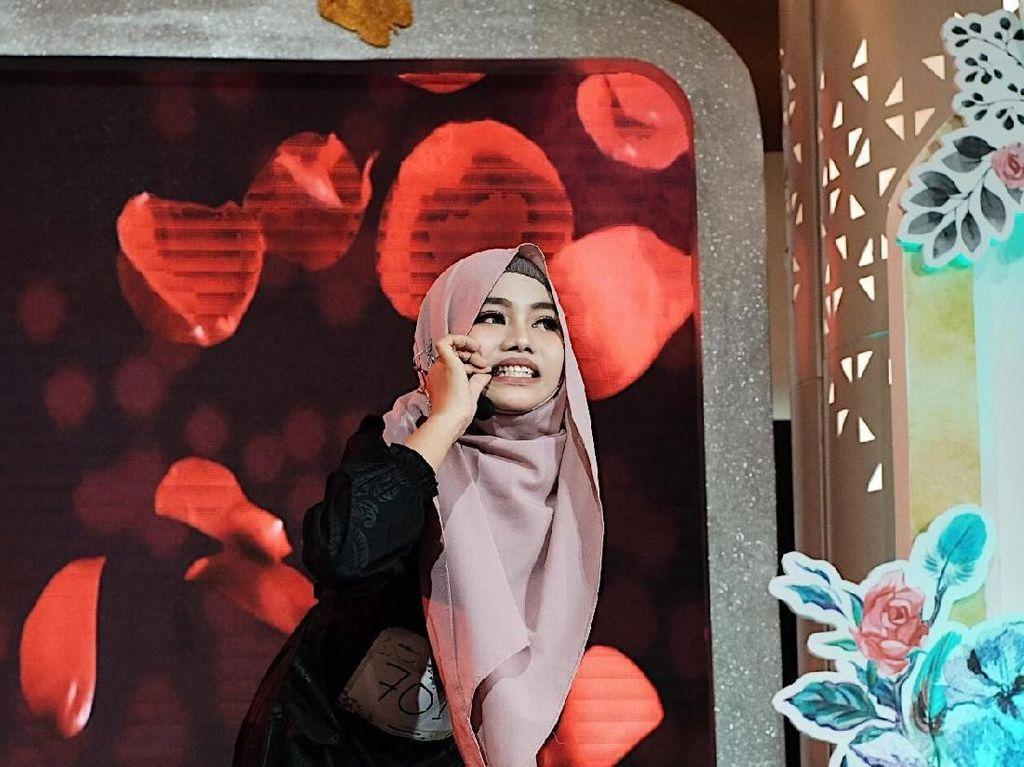Hijabers Ini Ngunyah Silet di Panggung Sunsilk Hijab Hunt, Berani Banget!