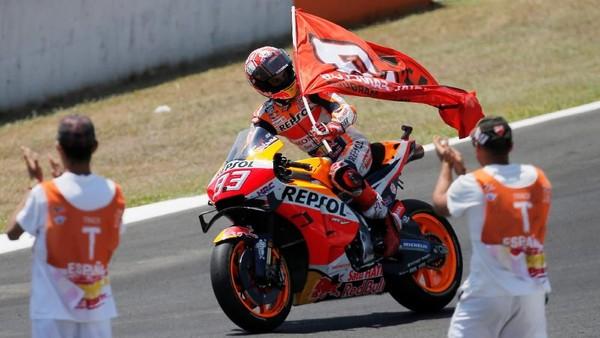 Rider Honda, Marc Marquez, merayakan kemenangan di MotoGP Spanyol. (Foto: Jon Nazca/Reuters)