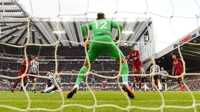 Liverpool langsung menekan pertahanan Newcastle di awal laga. Usaha Liverpool baru berbuah hasil di menit ke-13. Virgil van Dijk melesakkan gol lewat sundulan setelah menyambut umpan sepak pojok Trent Alexander-Arnold. (Foto: Laurence Griffiths/Getty Images)