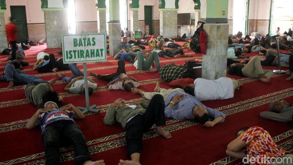 Potret Ramainya Masjid Al Mamur Tanah Abang di Hari Pertama Puasa