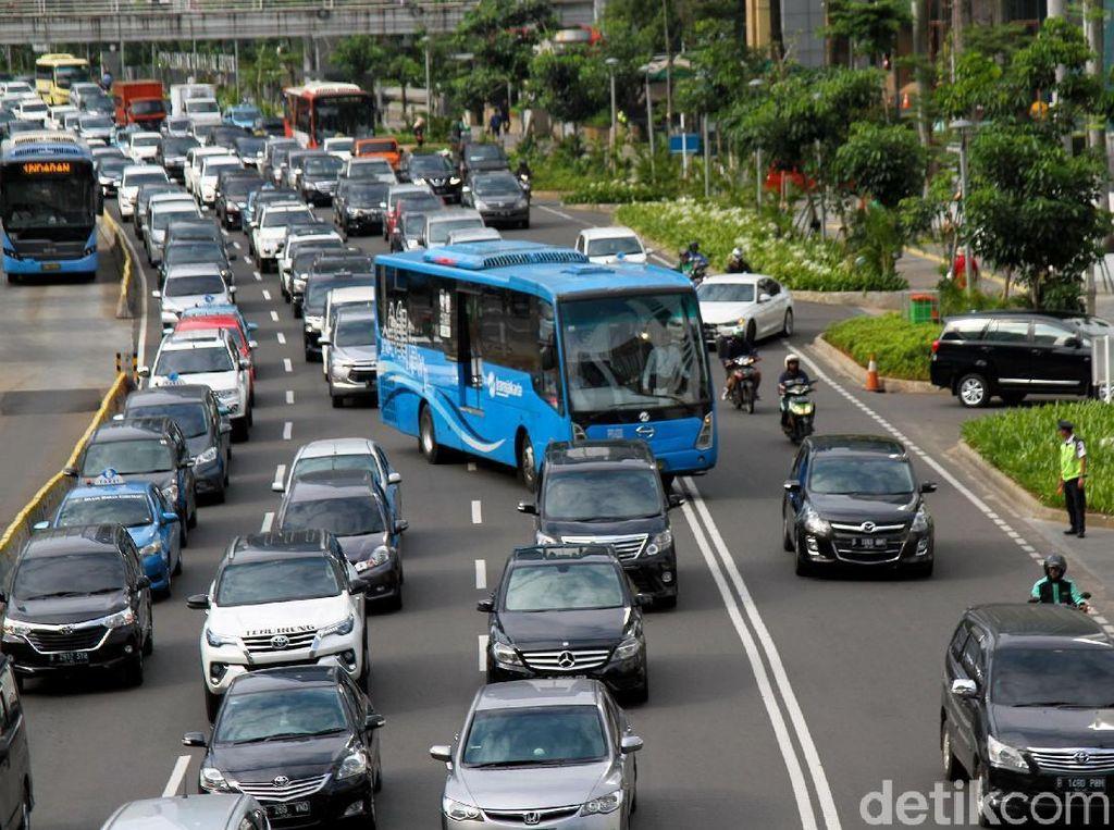 Daripada Batasi Usia Mobil, Mending Paksa Warga Naik Transportasi Umum