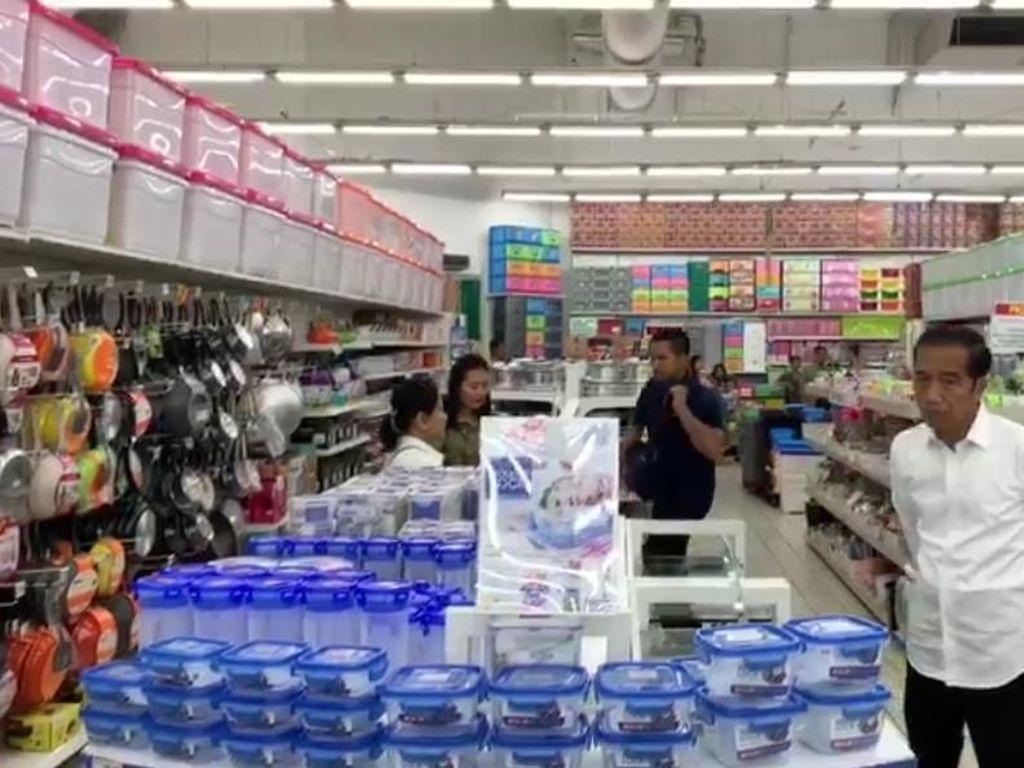 Jokowi Lihat-lihat Panci Aluminium hingga Wajan Antilengket di Supermarket