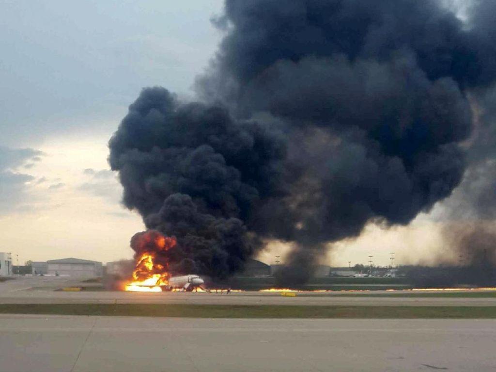 Sebelum Terbakar Hebat, Pesawat Sukhoi Rusia Tersambar Petir
