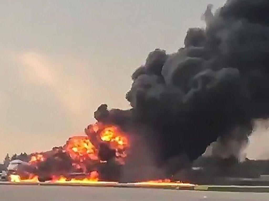 Video: Ganasnya Api Lahap Pesawat Sukhoi di Bandara Moskow