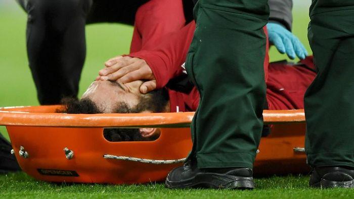 Mohamed Salah saat ditandu keluar lapangan di laga melawan Newcastle United akhir pekan lalu. (Foto: Shaun Botterill/Getty Images)