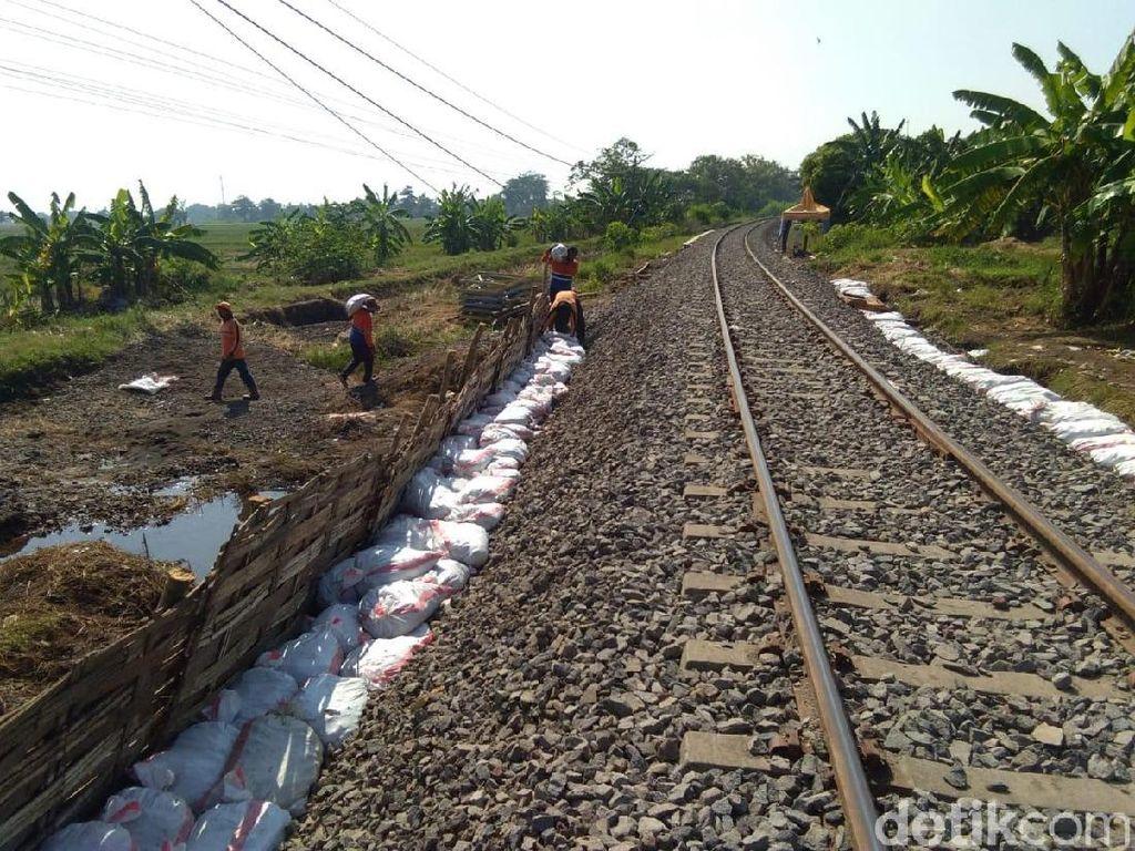 Rel KA Pasuruan-Bangil yang Rusak Diterjang Banjir Masih Diperbaiki