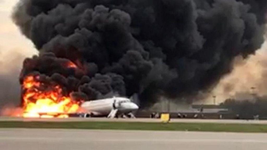 Asap Membubung Tinggi, Ini Penampakan Kebakaran Pesawat Aeroflot di Rusia
