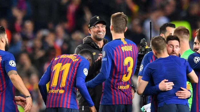 Manajer Liverpool Juergen Klopp menyalami pemain Barcelona di Camp Nou. (Foto: Michael Regan/Getty Images)