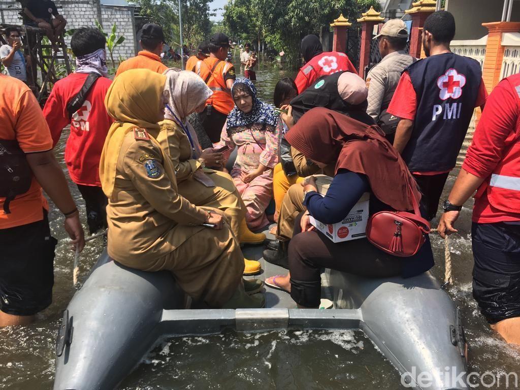 Seorang Ibu Hamil Dievakuasi dari Kepungan Banjir karena Kejang