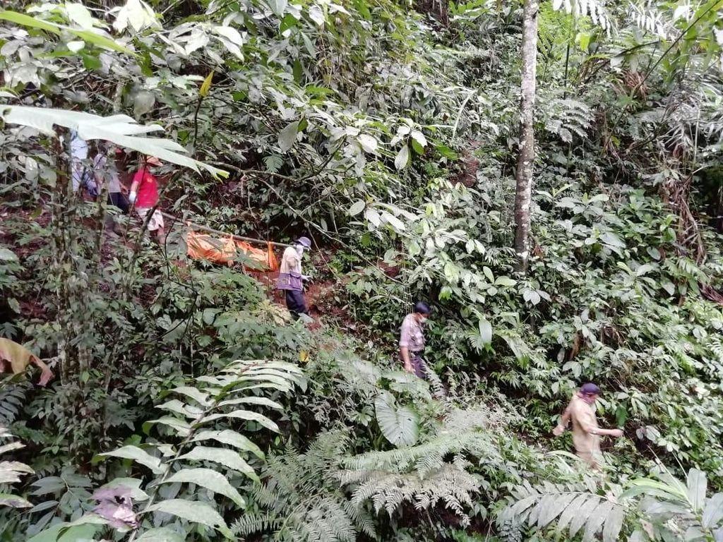 Mayat Membusuk di Bukit Wewe Blitar Berhasil Dievakuasi
