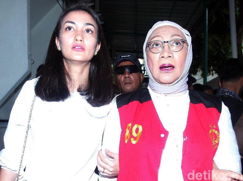 Atiqah Setia Dampingi Ratna Sarumpaet Jalani Sidang