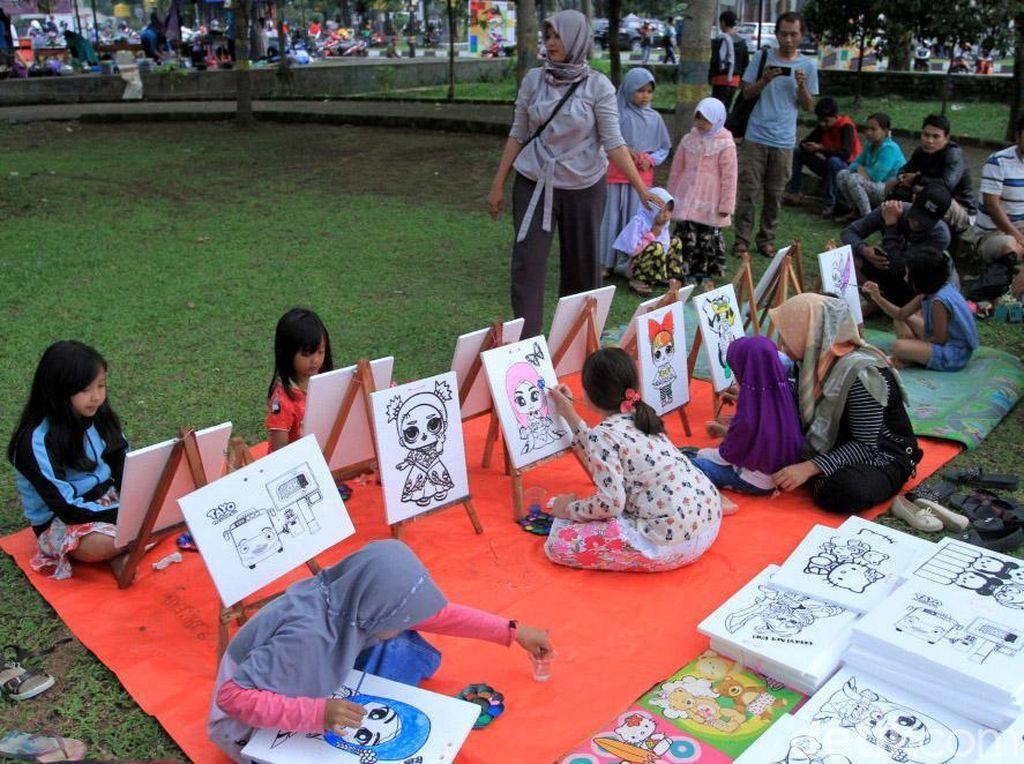 Asyiknya Anak-anak SD Ngabuburit dengan Melukis