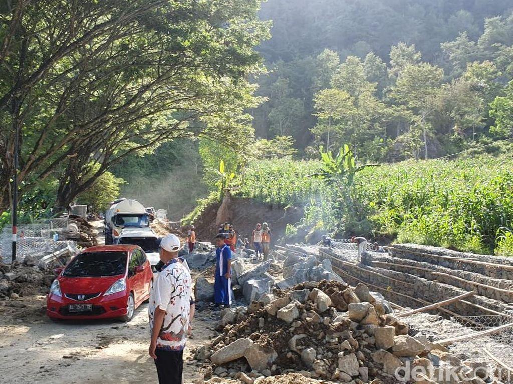 Persiapan Jalur Mudik, Jalan Ambles di Ponorogo-Pacitan Diperbaiki
