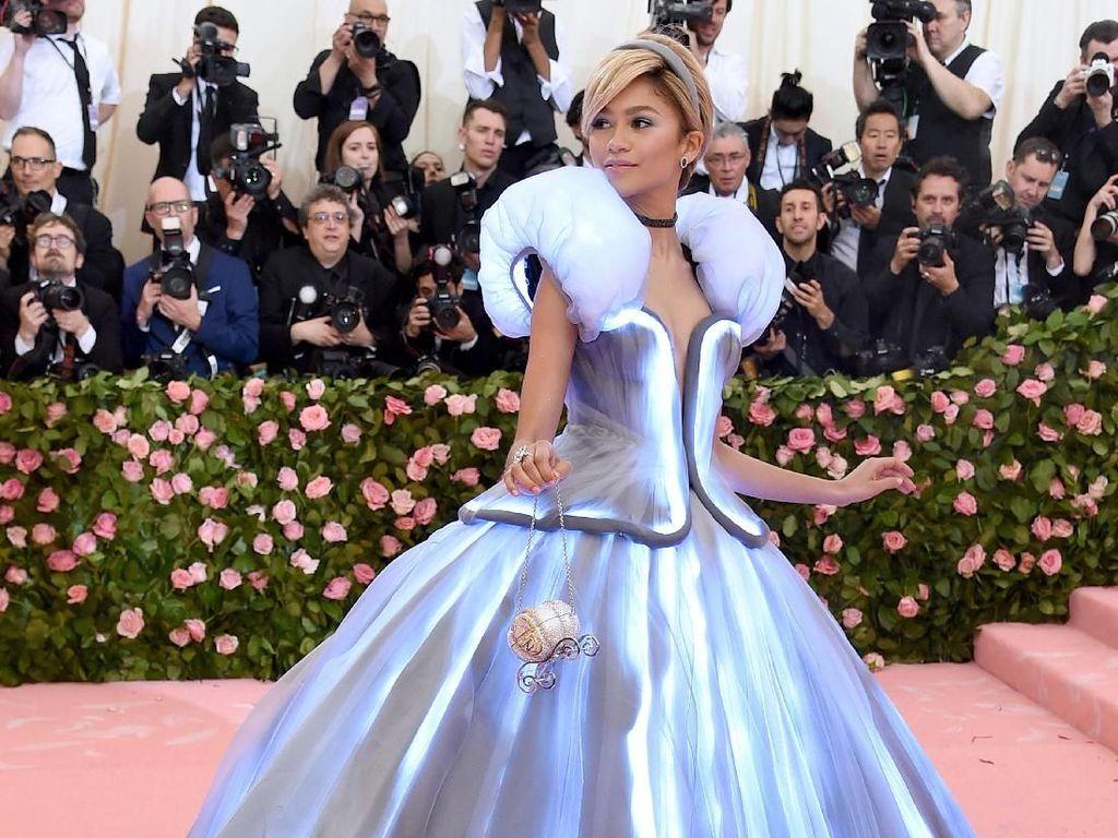 Zendaya Pakai Gaun Menyala di MET Gala 2019, Lindsay Lohan Nyinyir