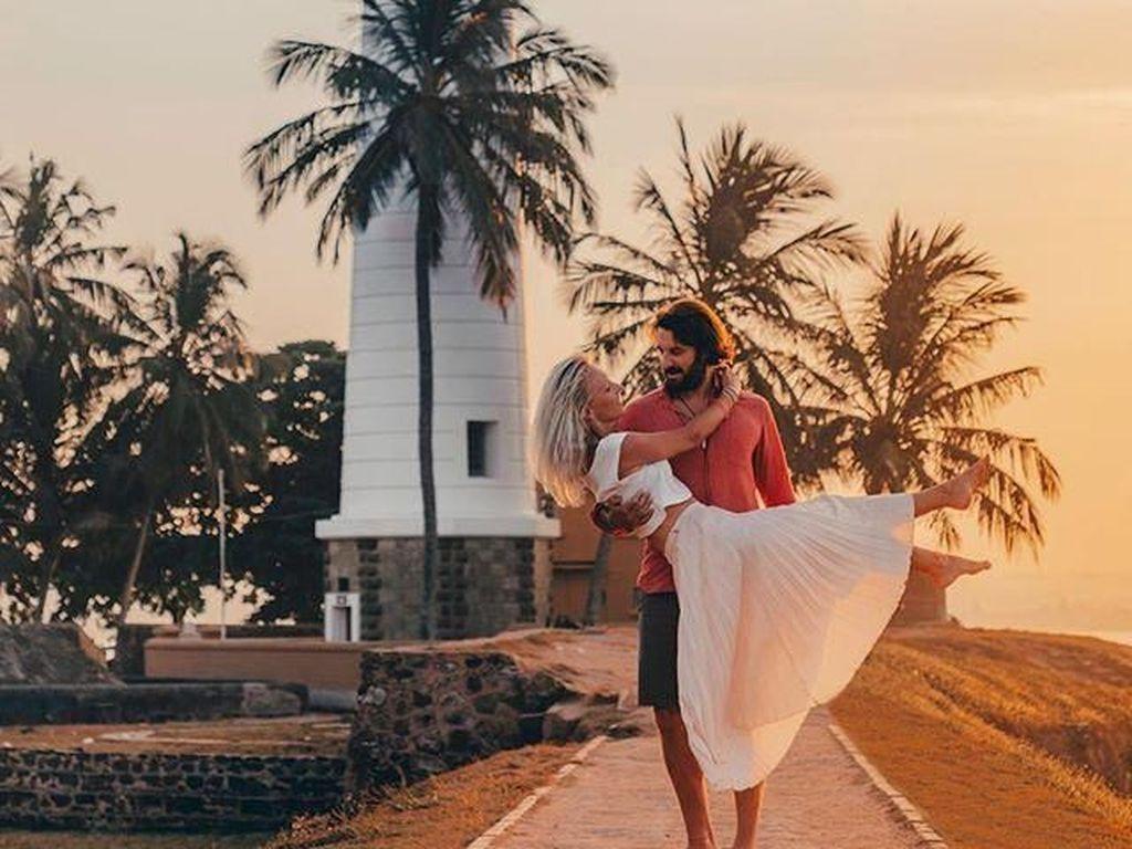 Pasangan Ini Jadi Kontroversi, Dihujat karena Foto Ciuman di Kereta