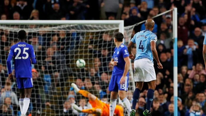 Vincent Kompany mencetak gol dari luar kotak penalti ke gawang Leicester (Phil Noble/Reuters)