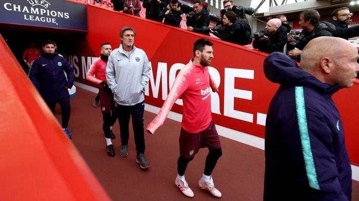Messi memasuki Stadion Anfield, guna berlatih jelang menghadapi Liverpool di leg kedua semifinal Liga Champions yang berlangsung Rabu (8/5/2019) dini hari WIB. (Foto: Jan Kruger/Getty Images)