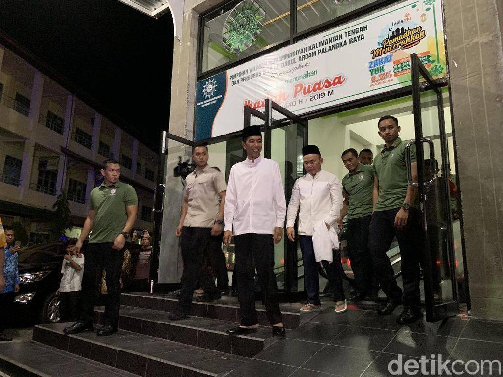 Tiba di Kalteng, Jokowi Salat Tarawih di Masjid Darul Arqam Palangka Raya