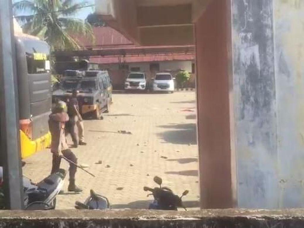 Pleno KPU Empat Lawang Sumsel Ricuh, Polisi Tembakkan Gas Air Mata